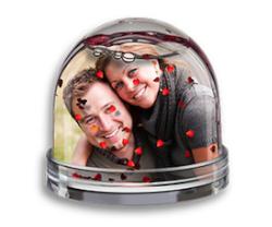 Fotogeschenk zum Valentinstag: Glitzerkugel mit Herzchen
