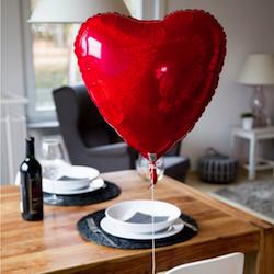 Geschenkidee zum Valentinstag: Befüllter Herzluftballon im Karton
