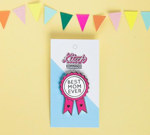 """Emaille Pin in Form eines Ordens mit der Aufschrift """"Best Mom Ever"""""""