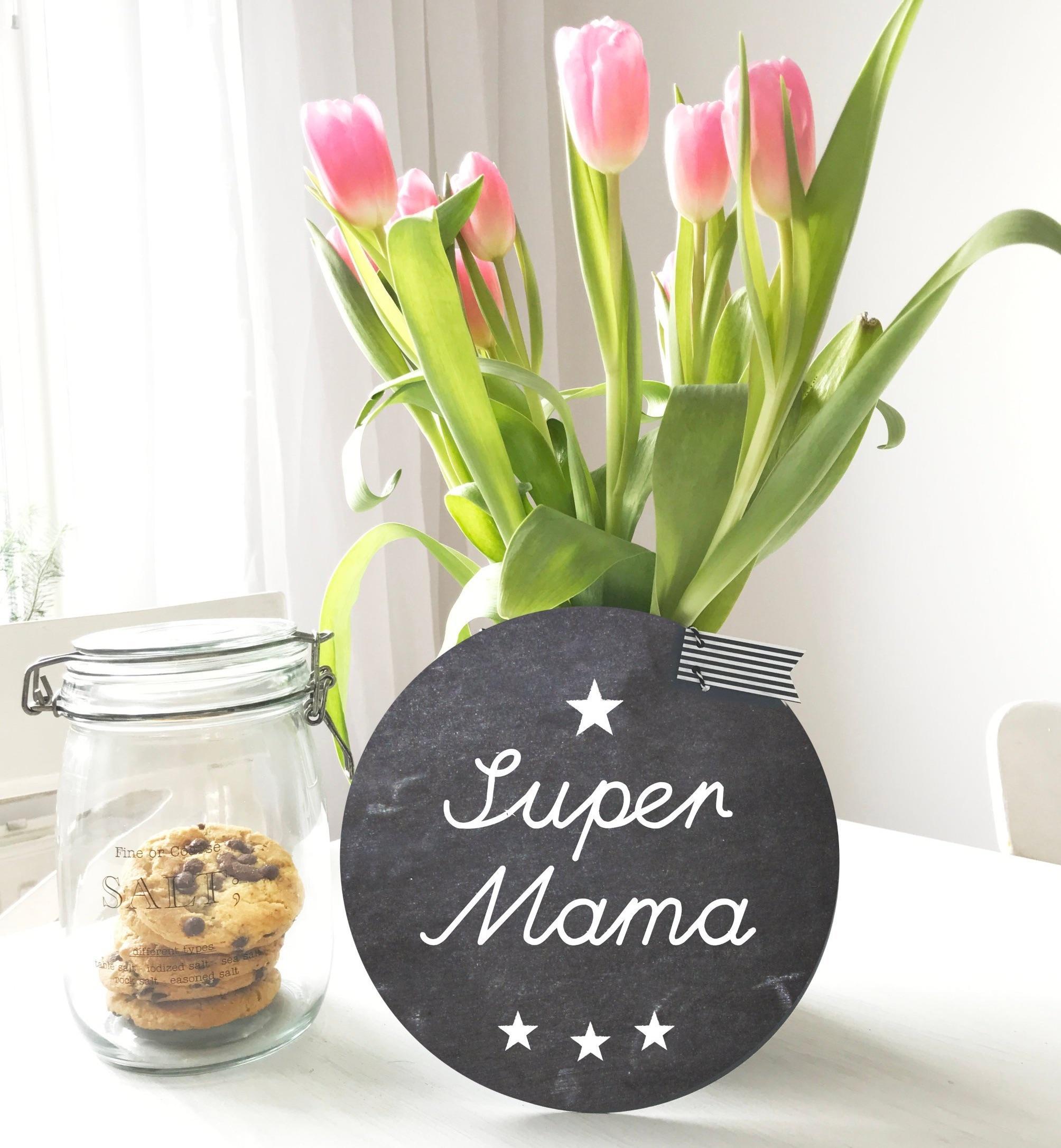 """Rundes Schild im Tafellook mit dem Aufdruck """"Super Mama"""""""