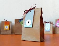 Papiertüten mit Zahlenanhänger für einen selbstgemachten Adventskalender