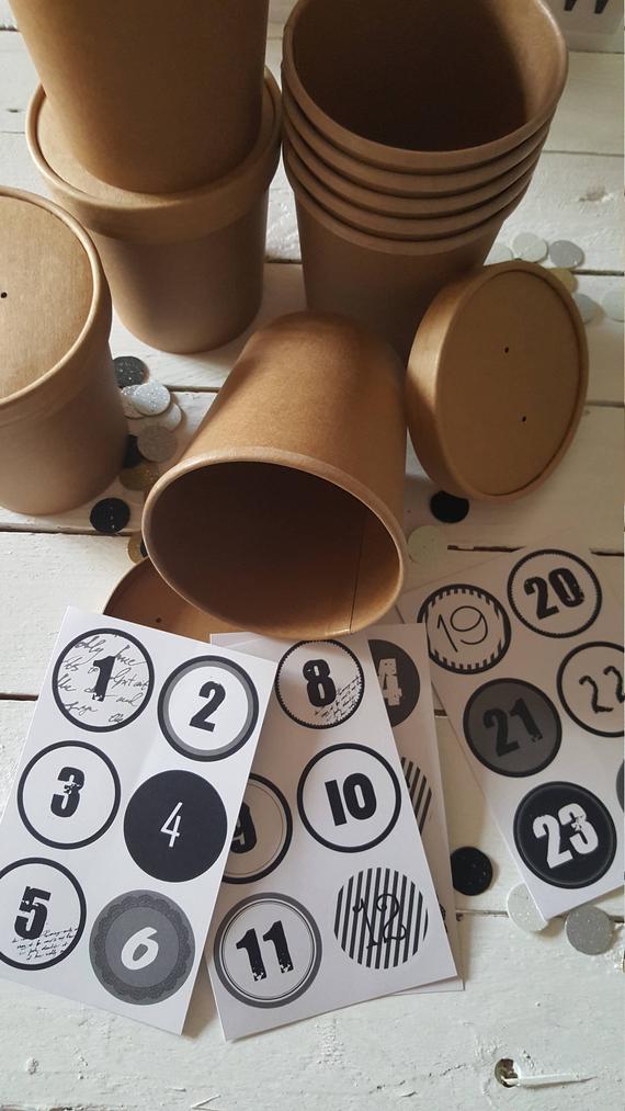 24 braune Pappbecher für einen DIY Adventskalender zum Befüllen
