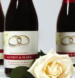 Einzigartige Hochzeitsgeschenke: Sekt mit eigenem Etikett