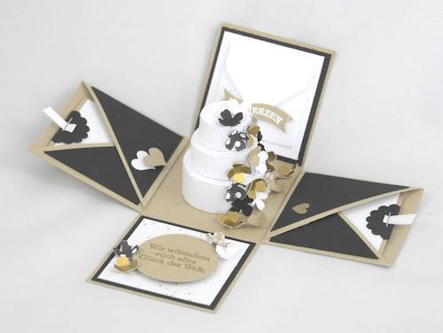 Aufklappbox mit einer dreistöckigen Hochzeitstorte aus Papier im Inneren der Aufspringbox