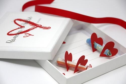 Personalisierbare Geldgeschenkbox mit roten Papierherzen in die Geldscheine eingeschoben werden können
