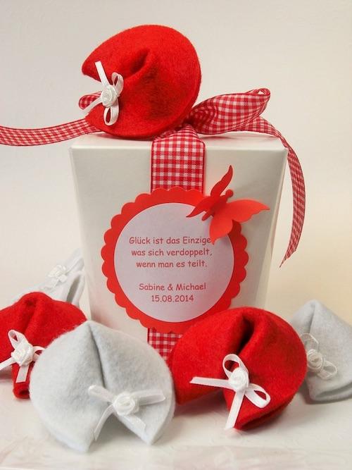 Hochzeitsgeldgeschenk originell verpackt in Glückskeksen aus Filz in einer Papier-Takeout-Box