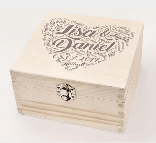 Personalisierte Holzbox mit Namen des Brautpaares