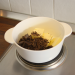 Schokolade und 100g Butter in einen kleinen Topf geben.