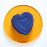 Gekühlten Herzkuchen vorsichtig aus Form nehmen...