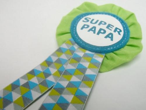 """Handgefertigter """"Super Papa""""-Orden aus Stoff in Grün- und Blautönen"""