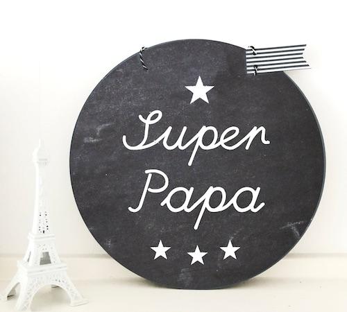 """Rundes Schild im schwarzen Tafellook mit weißer Aufschrift """"Super Papa"""""""