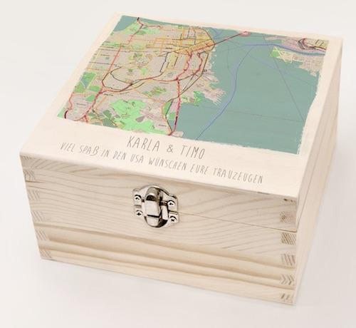 Personalisierte Holzkiste mit Karte vom Reiseziel der Flitterwochen