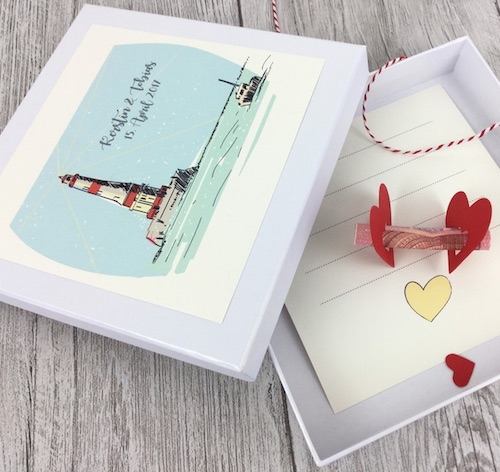 Maritime Geldgeschenkverpackung: Personalisierte Schachtel mit Leuchtturm Motiv, Namen des Brautpaares und Hochzeitsdatum