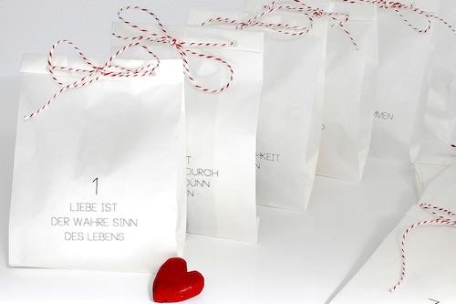 """Adventskalender für Verliebte: DIY Bastelset """"Liebe ist..."""" Papiertüten & Kordel"""