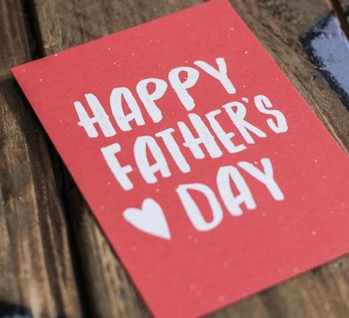 Rote Karte zum Vatertag mit weissem Handlettering Happy Fathers Day