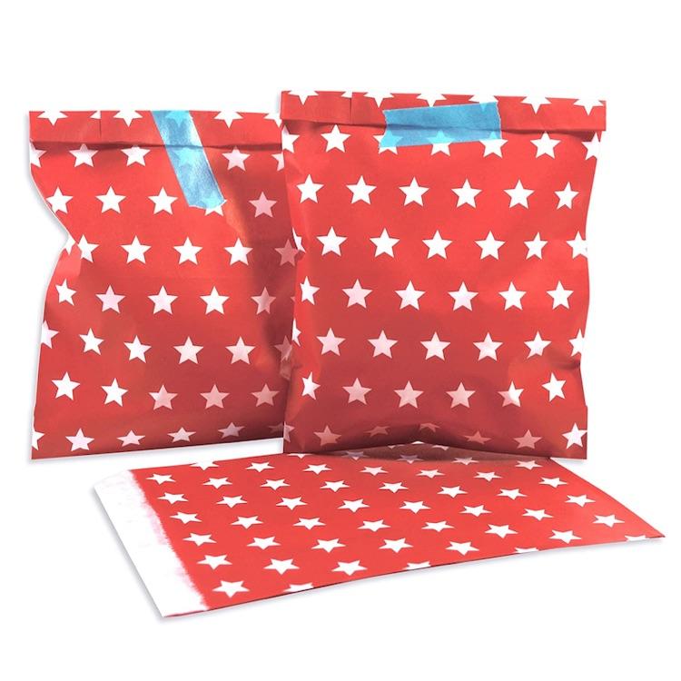 Rote Papiertüten um einen Adventskalender zu basteln